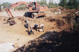 Все останки из могил, попавших в зону котлована под фундамент будущего Собора, были тщательно собраны и перенесены в общую могилу.