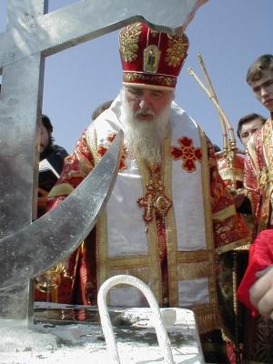 Митрополит Ставропольский и Владикавказский Гедеон (Докукин) совершает чин закладки первого камня в основание Собора.