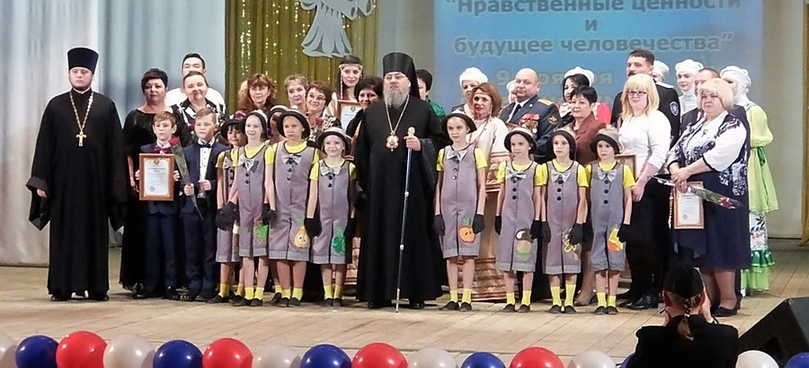 Общее фото Владыки с участниками концерта и награждёнными